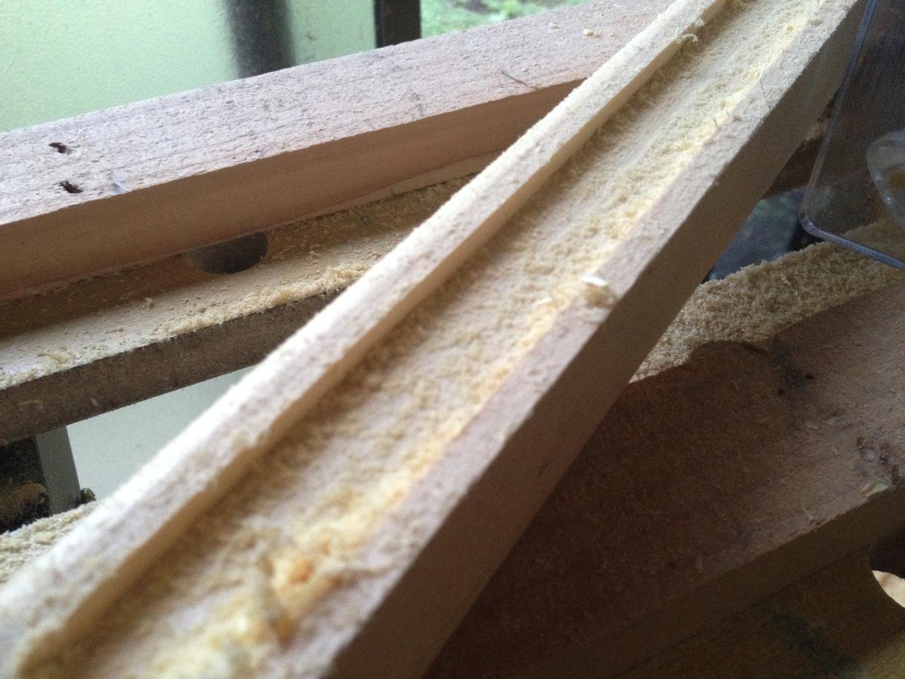 溝を彫る作業