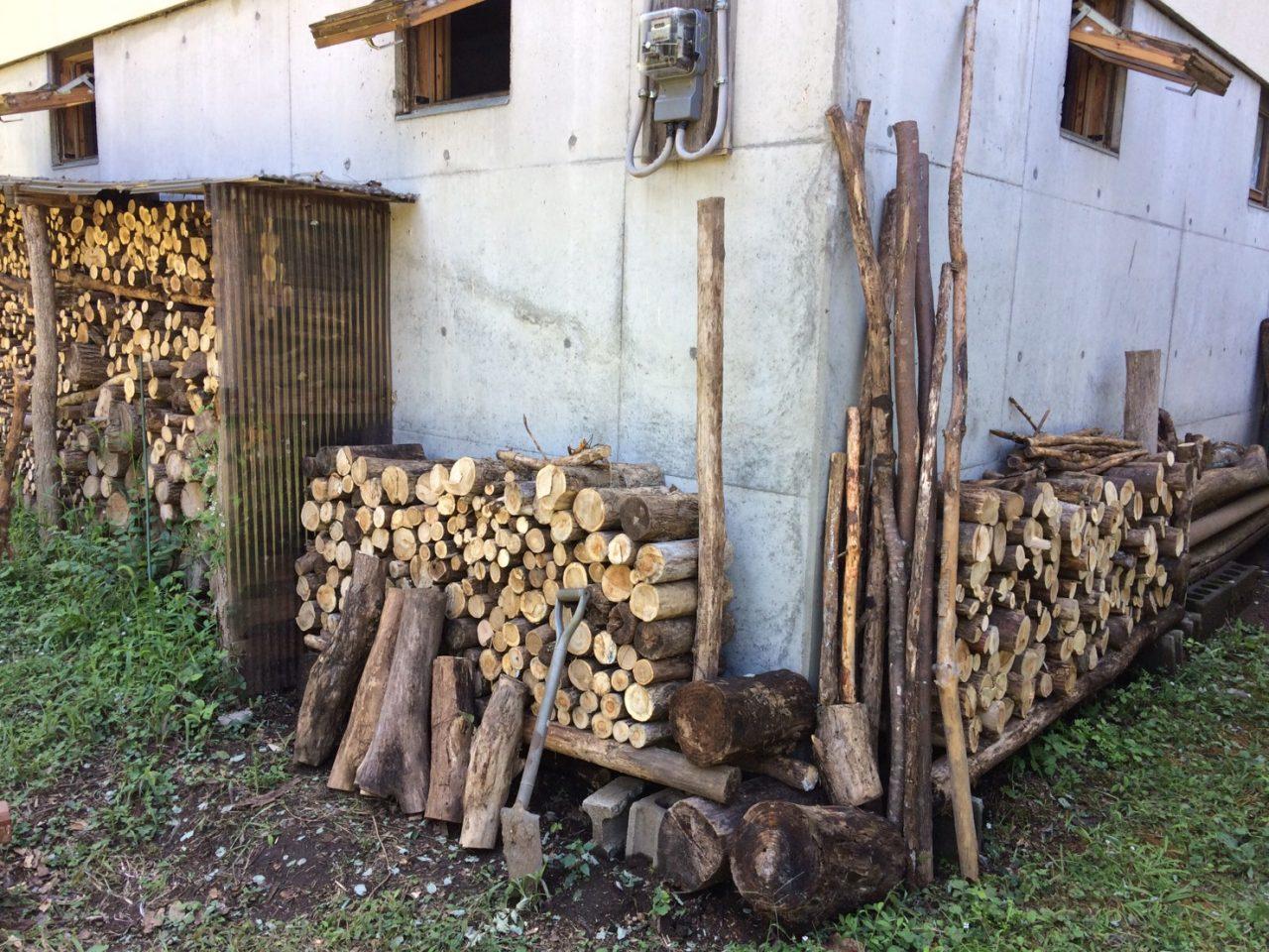 ブロックと枝で作る簡易薪棚