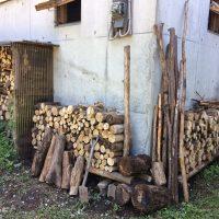 ブロックと枝の簡易薪棚