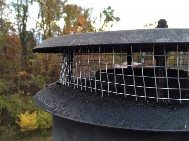 煙突の防鳥ネット設置やキツツキ穴の補修など