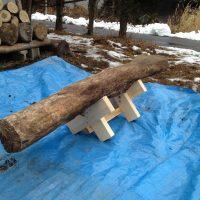 チェンソーで原木を切断するときの治具