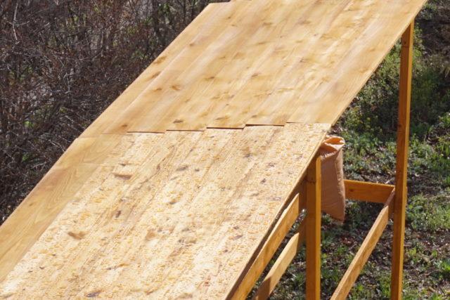 薪棚の板葺き屋根