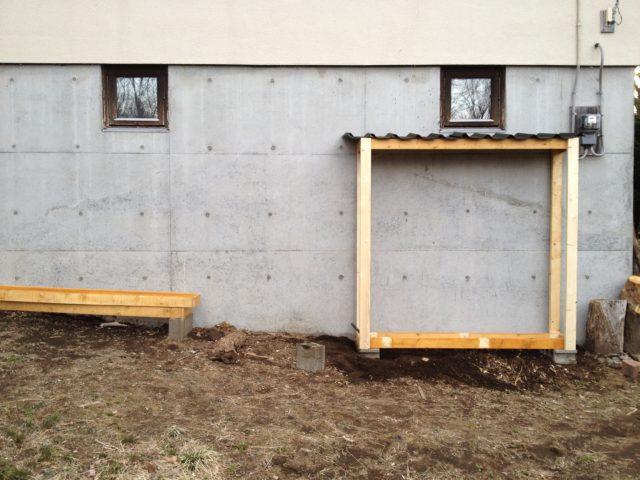 窓の高さに合わせて右端の棚を設置