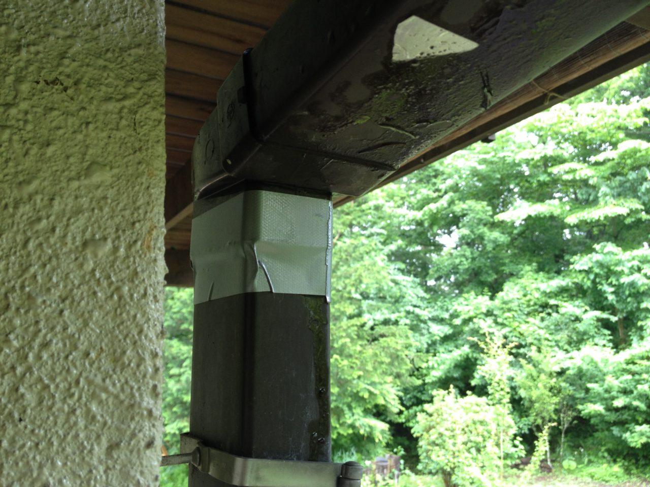 雨樋から溢れる雨水