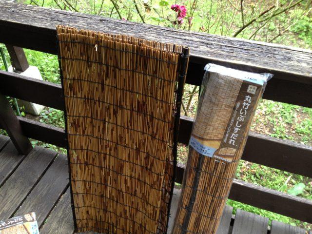 野鳥がガラスに激突するのを防ぐため簾を設置