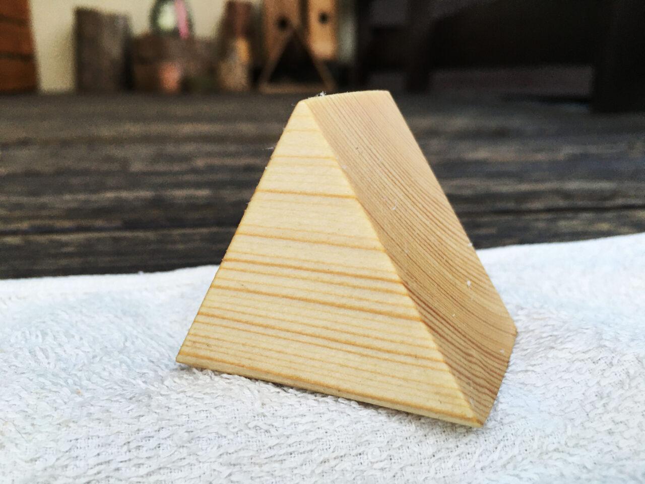 三角形の木製アクセスタンド
