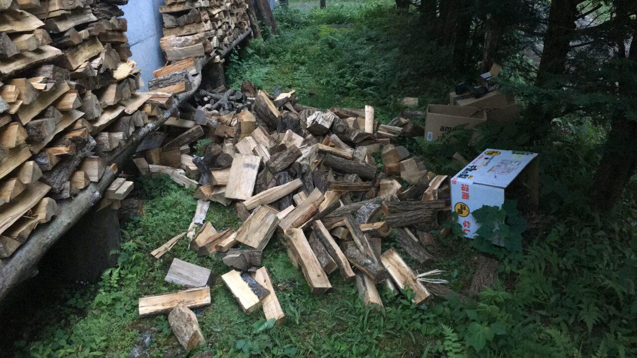 崩れた薪とパーティクルボードの耐荷重