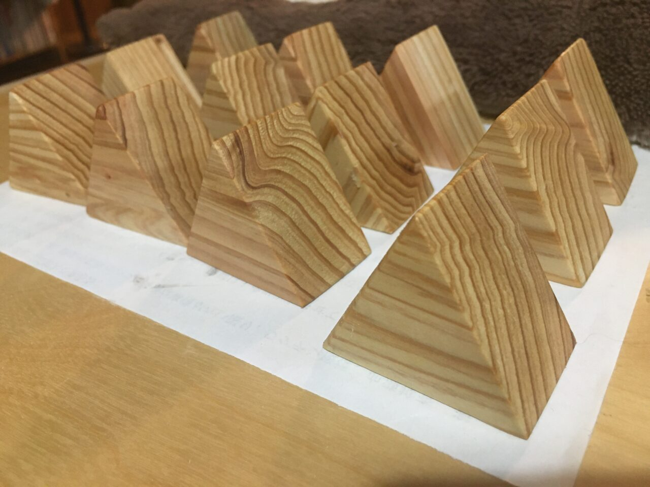 三角形の木製アクセスタンド(杉バージョン)